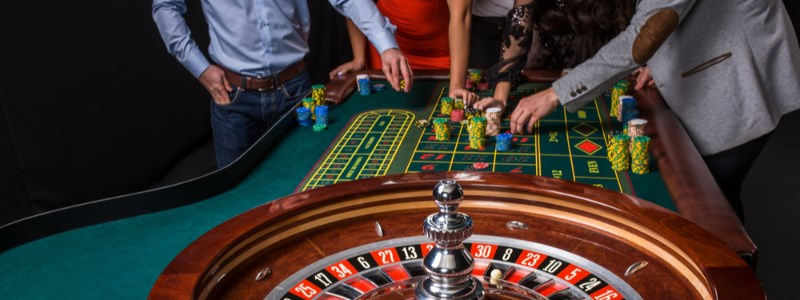 Friends playing at the no deposit roulette table